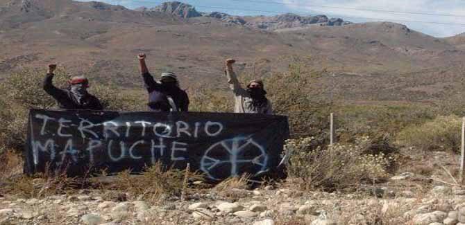 Grupos pro mapuches quemaron una bandera argentina y pintaron las placas de soldados que cayeron en Malvinas
